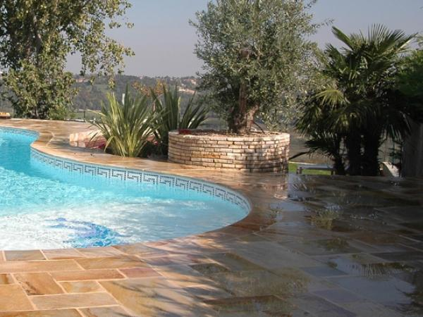 Amenajare zona piscina cu piatra naturala