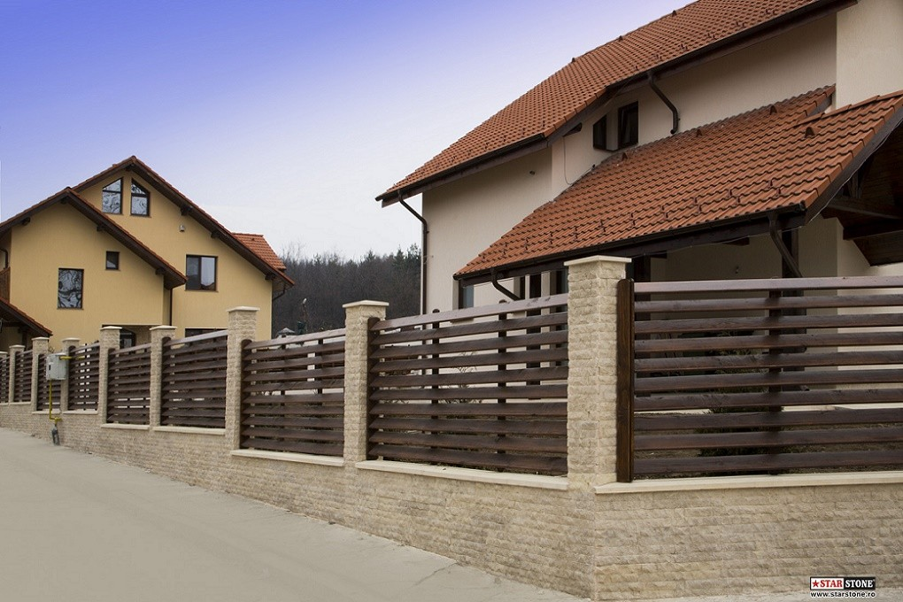Gard din lemn cu soclu si stalpi placati cu piatra decorativa for Modele de garduri pentru case