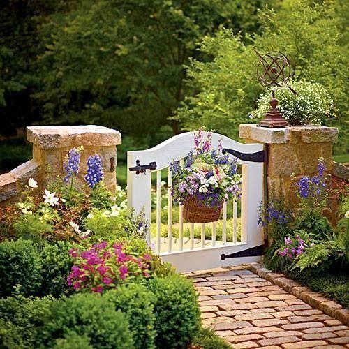 Gard din piatra si poarta decorativa din lemn