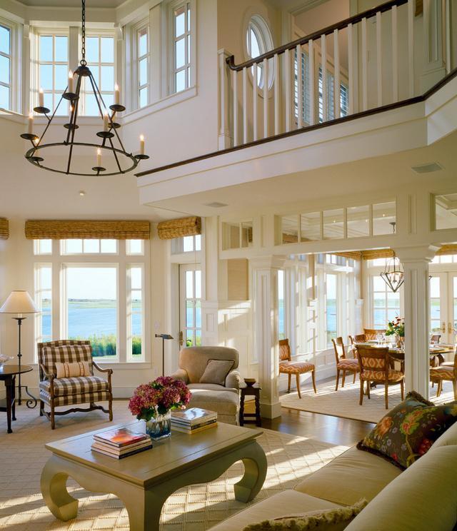 Living extins pe doua niveluri, decorat in stil clasic