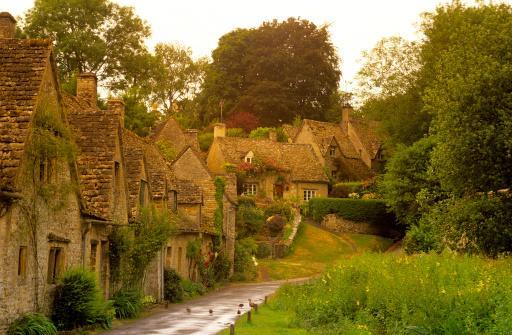 Case medievale cu fatade din piatra