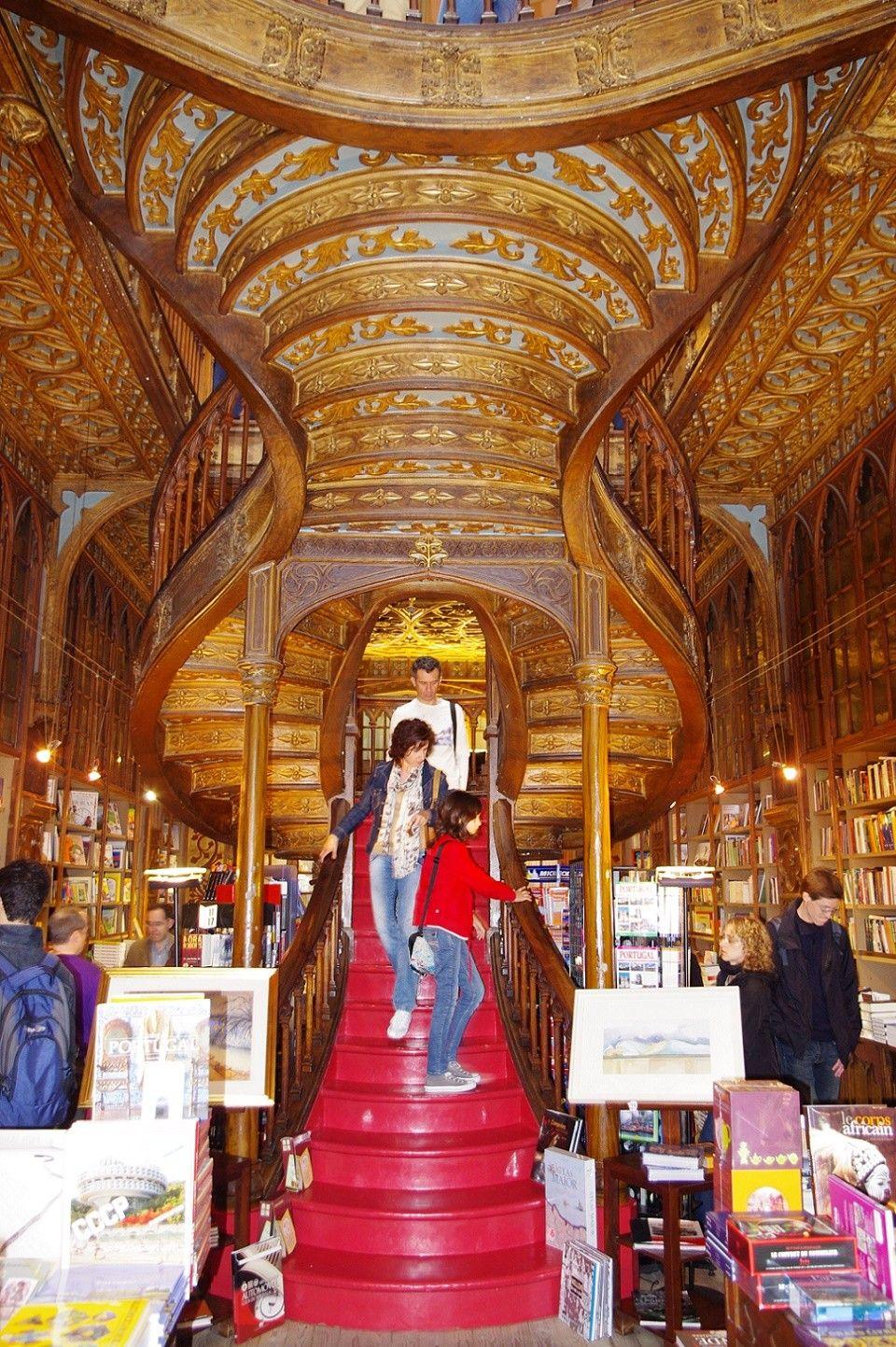 Vedere de jos scara libraria Lello