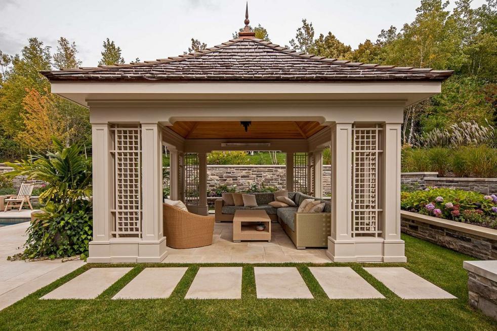 Pavilion din lemn intr-un peisaj superb