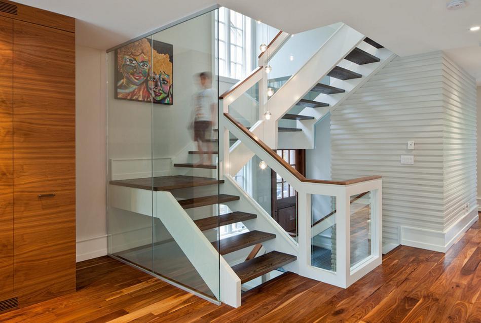 Scara moderna din lemn si sticla