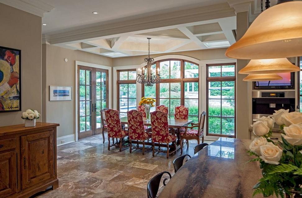 Sufragerie clasica cu ferestre ample