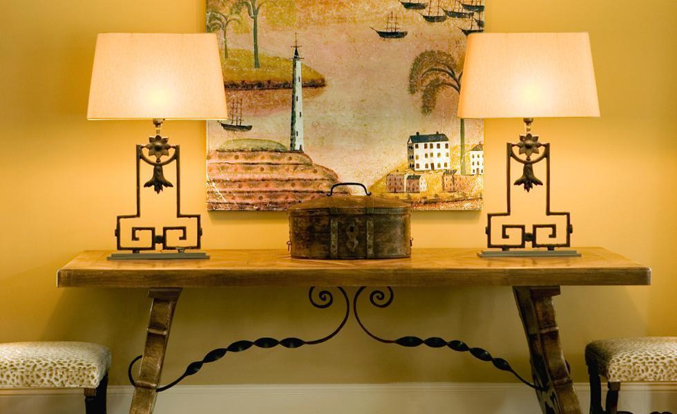 Masa din lemn masiv decorata cu fier forjat