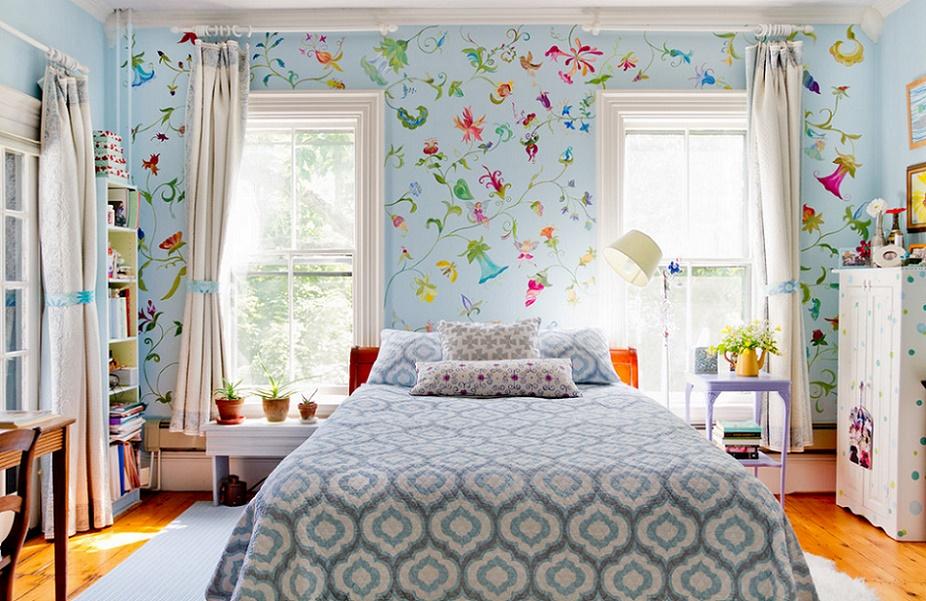 Pictura florala pe peretele dormitorului