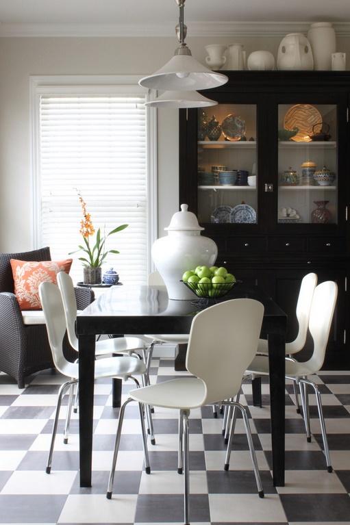 Sufragerie in alb si negru