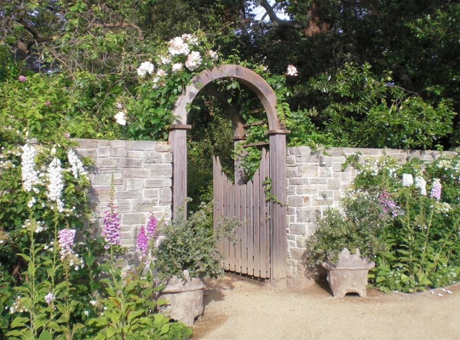 Gard si poarta de acces intr-o gradina rustica