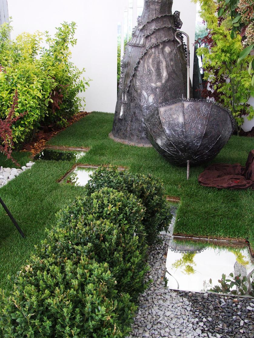 Gazon, arbusti, decor din fier forjat, zone acvatice