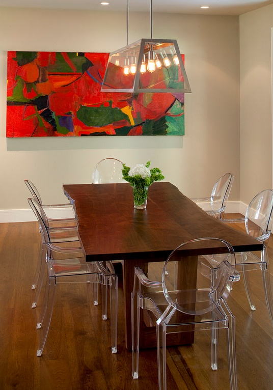 Mese rustice cu scaune transparente ultramoderne