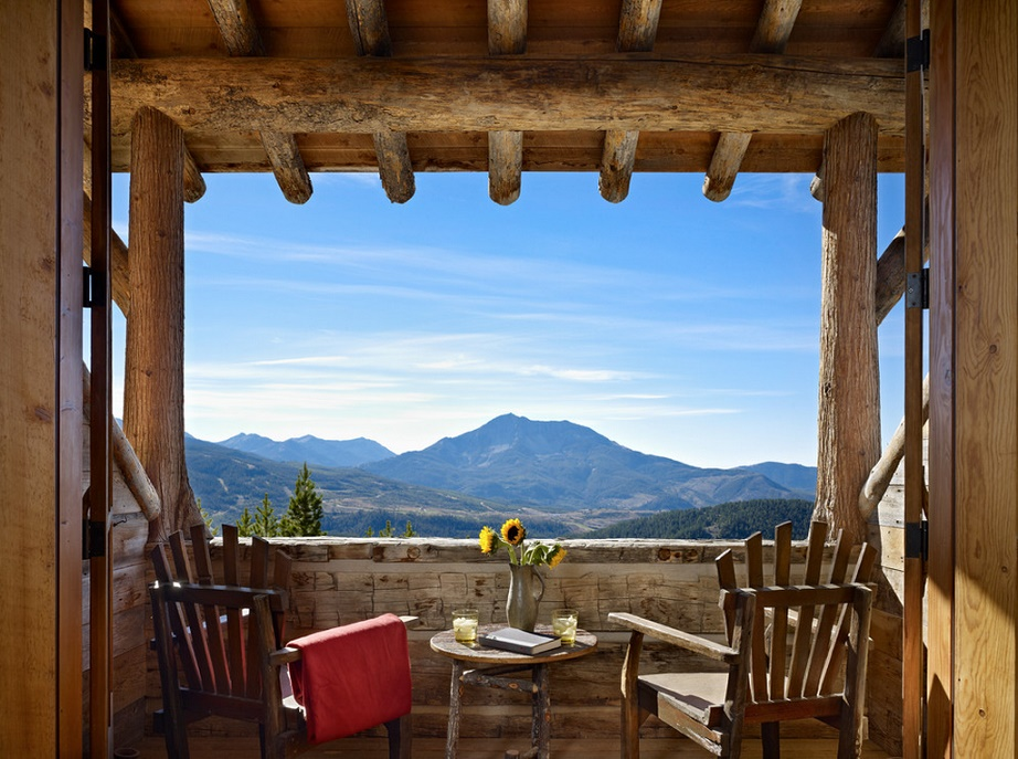 Panorama superba de pe veranda unei cabane din lemn masiv