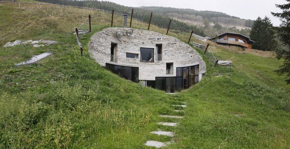 Fatada vizibila a vilei ascunse in Alpii elvetieni
