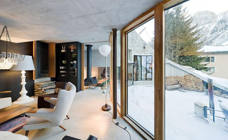 Peretele de sticla extinde spatiul interior spre terasa ampla si peisajul superb