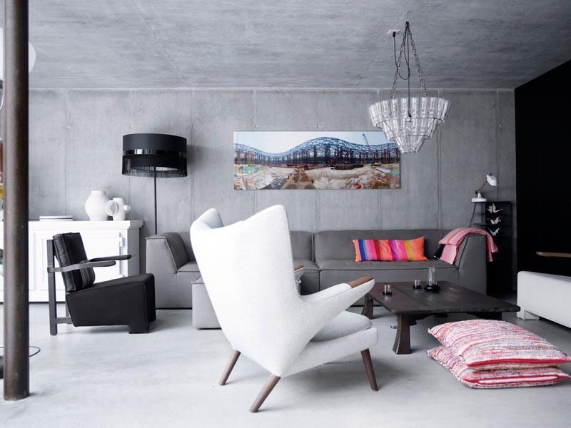 Piese de mobilier si decor moderne, intr-un living cu finisaje industriale