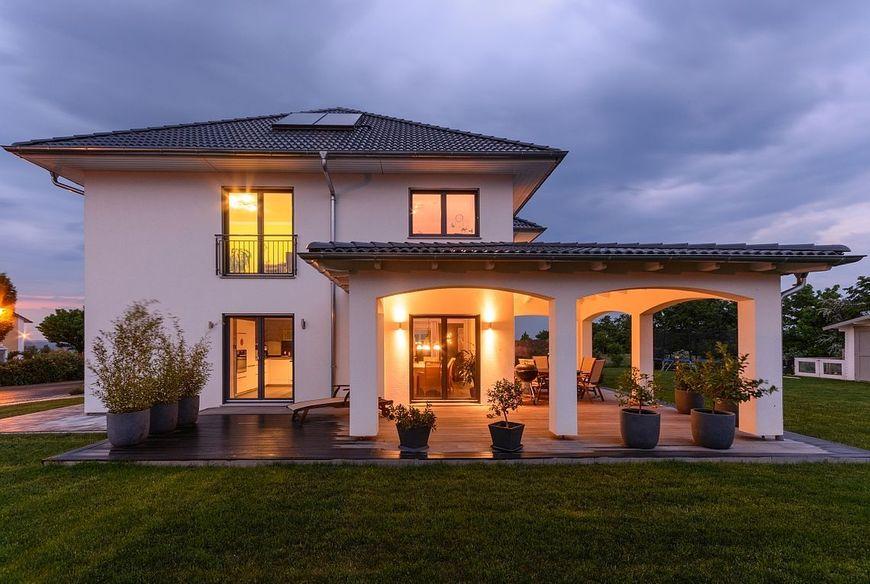 Casa moderna cu etaj cu influente mediteraneene for Toskana haus modern