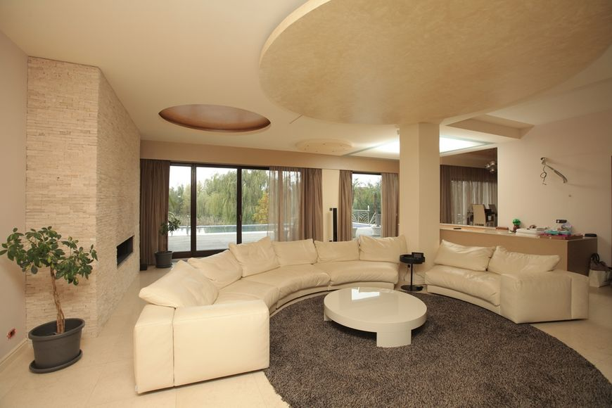 Amenajare living modern intr o vila de pe malul lacului snagov for Immagini living moderni