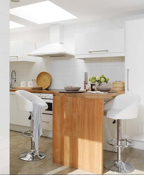 Bucatarie moderna cu un mic loc de servit masa