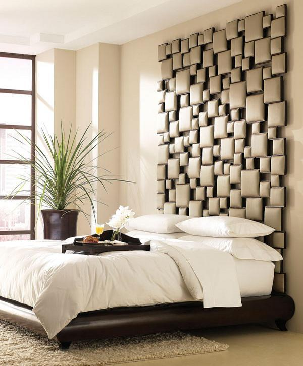 Dormitor modern si neconventional, cu tablia patului sculptata si tapitata in piele