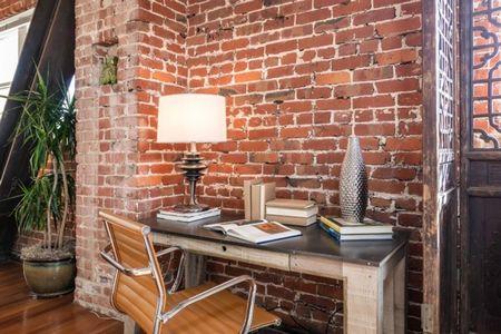 Poze Birou si biblioteca - Mic birou amenajat intr-un apartament modern, cu zidaria din caramida lasata la vedere
