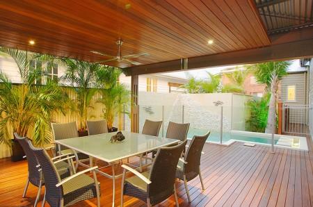 Poze Terasa - Terasa moderna din lemn cu o piscina atasata