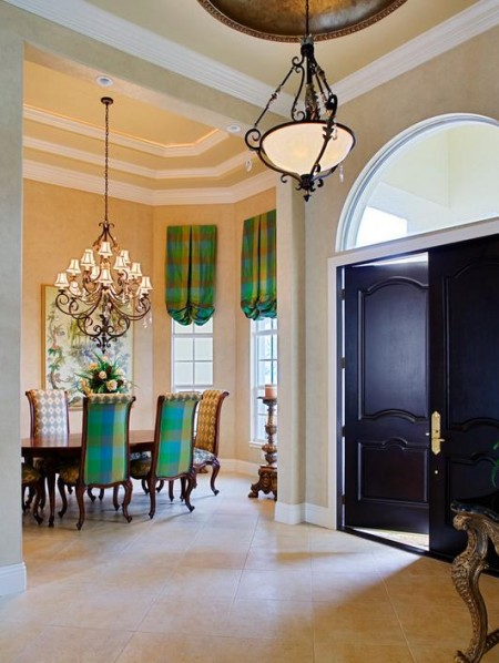 Poze Intrare si hol - Din hol se deschide o sufragerie cel putin la fel de somptuoasa