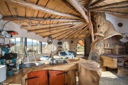 Poze Bucatarie - Soba si cuptor pe lemne in bucataria unei case ecologice