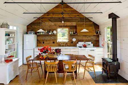 Poze Bucatarie - Bucataria plina de farmec a unei mici case din lemn