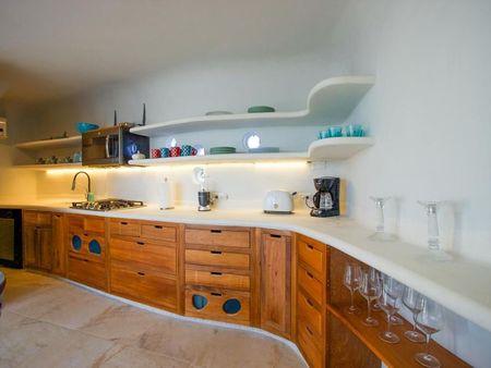 Poze Bucatarie - Bucataria unei case cu arhitectura organica