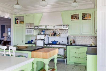 Poze Bucatarie - Verde-pastel intr-o bucatarie clasica plina de farmec