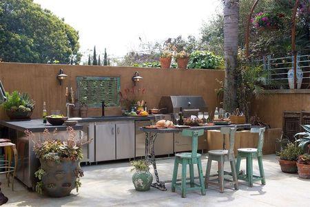 Poze Terasa - O bucatarie exterioara in care aparatura moderna din inox coexista perfect cu piesele de decor si mobilier antichizate