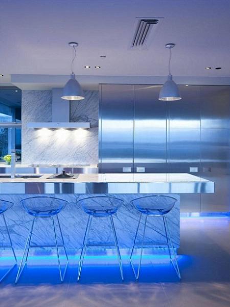 Poze Bucatarie - Bucatarie futurista iluminata cu lumina albastruie