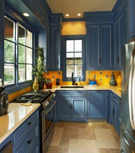 Poze Bucatarie - O bucatarie mica de la bloc poate fi personalizata folosind culorile