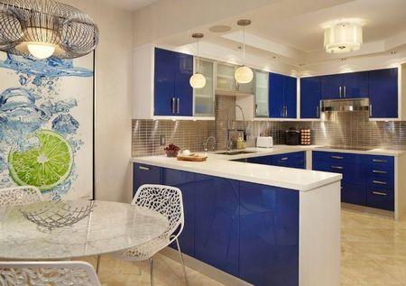 Poze Bucatarie - Albastrul este pata de culoare in aceasta bucatarie moderna