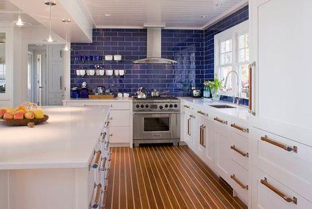 Poze Bucatarie - Faianta albastra anima aceasta bucatarie moderna