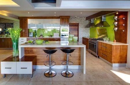 Poze Bucatarie - Sticla de culoare verde inlocuieste clasica faianta in aceasta bucatarie moderna
