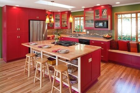 Poze Bucatarie - Bucatarie moderna in rosu si lemn deschis la culoare