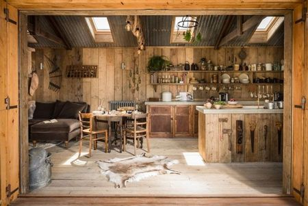 Poze Bucatarie - O bucatarie de vara inchisa, construita din lemn