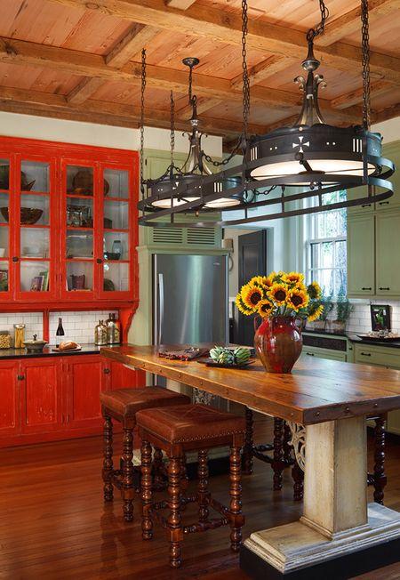 Poze Bucatarie - Bufetul din lemn vopsit in rosu-coral invioreaza aceasta bucatarie traditionala
