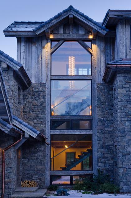 Poze Fatade - Casa scarii la o constructie din piatra si lemn