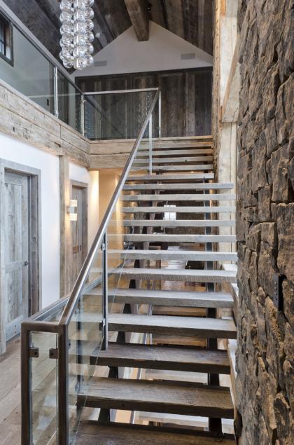 Scari de lemn cu balustrada din sticla