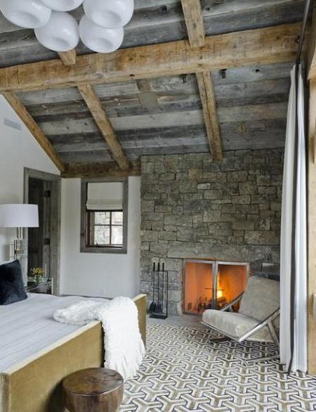 Poze Dormitor - Dormitor rustic cu grinzi de lemn si zid din piatra