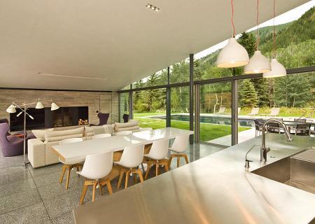 Poze Sufragerie - Loc de luat masa cu perete din sticla si usi glisante mari