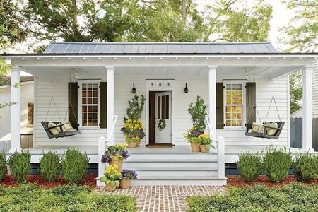 Poze Fatade - Casa din lemn vopsita in alb cu leagane pe veranda