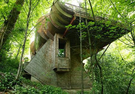 Poze Fatade - Casa construita pe o panta abrupta