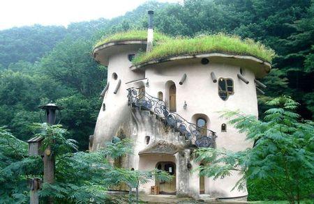 Poze Fatade - Casa din lut avand forma unor ciuperci uriase