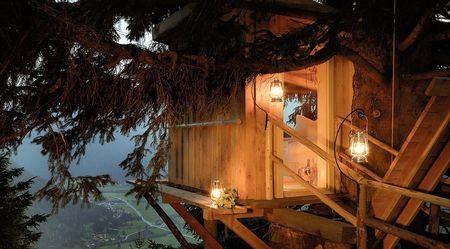 Poze Locuri de joaca - Relaxare intr-o casuta construita in copac