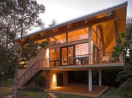 Poze Fatade - Casa din lemn si sticla cu un spectaculos acoperis curbat