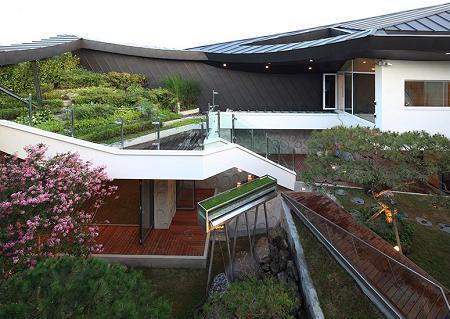 Poze Gradina de flori - Curtea interioara pe mai multe niveluri a unei case sud-coreene