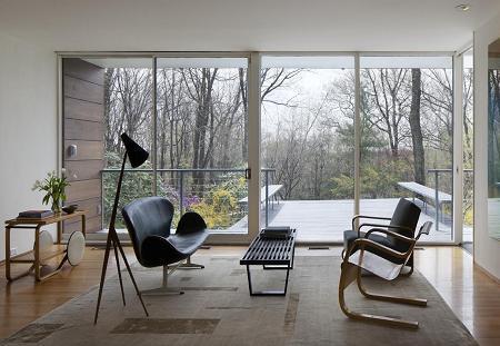 Poze Living - Living cu pereti de sticla care conecteaza interiorul cu padurea